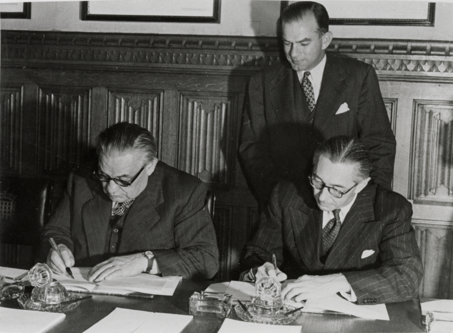 Senator Fulbright with UK Foreign Minister Ernest Bevin and US Chargé d'Affaires Don Bliss at the signing of the treaty establishing the US-UK Fulbright Commission, 22 September 1948